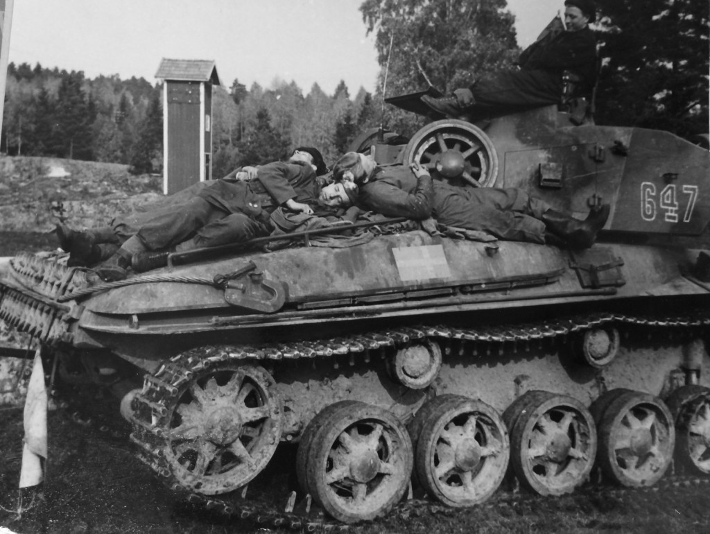 Tank crew from Kungl. Göta Pansarlivgarde (P1) taking a break on the engine deck and turret of a strv m/42. Somewhere near Nyköping, October 7th, 1950. Photo credit: Wester/Försvarsstabens pressavdelning.